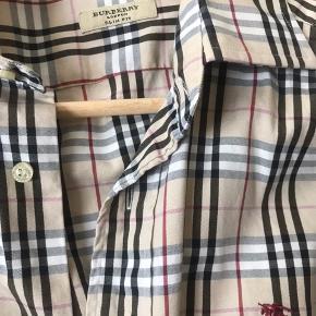 Elegant skjorte, slim fit, str. 40, i flot stand, ikke slidt, udgået model i en flot lys farve.  Nypris; 1500 kr.  BYD kun seriøst, ikke under 650 kr.