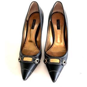 DOLCE & GABBANA sko med tynd hæl.   Sidder utrolig behageligt på foden og man får lange stænger i dem - nice til byen!  Str. 38,5 / Vintage / Såler er slidte  Seriøse bud modtages 🌸