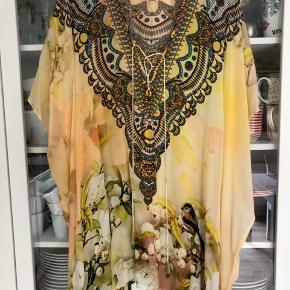 Super fin tunika/kjole fra Shahida Parides. Den er onesize med god vidde og mange fine detaljer - sten og perler. Bm ca 190 cm Hel længde ca 85 cm Bytter ikke