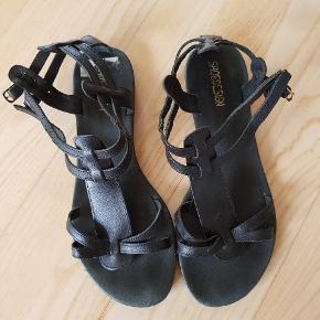 Sorte gladiator sandaler fra Shoe Design i ægte læder. Brugt ca. 3 måneder. I fin stand. Nypris 499.