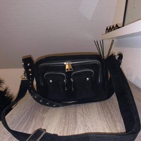 Fin nunoo taske i fløjl sælges, da den ikke bliver brugt. Modellen hedder ellie og den er brugt mindre end 10 gange og står derfor som ny, ingen tegn på slid.