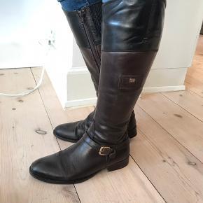 Lækre læderstøvler i brun og sort med flot patina