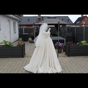 En pæn brudekjole 💍 Brugt en gang ..  STR. S/M.
