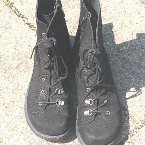 Fine støvler fra Angulus. Er i god stand, men rugskindet er en smule slidt på snuderne.