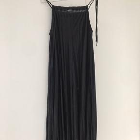 Rigtig blød og fin kjole. Især flot med bælte i taljen og kan nemt indstilles i halsen, hvor stram/løs man vil have den