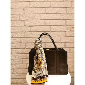 Lækker velholdt vintage taske i mørk brun læder. Tasken er i virkelig god stand og har ingen mangler, men selvfølgelig almindelig brugstegn. Pris: 250 kroner. 🌸  OBS: tørklædet følger ikke med. Det koster 98 kroner og er 100 % ren silke.