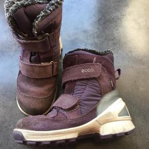 a8f479175d4 Varetype: Vinterstøvler Farve: Lilla Fine Ecco vinterstøvler. Minimal slid  på sål. Smarte
