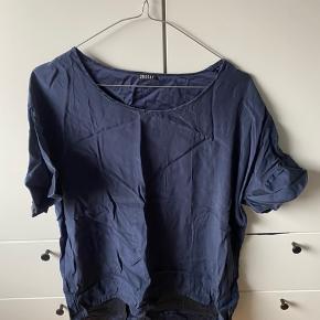 Slike t-shirt i virkelig flot stand Krøllet af hænge bagerst i skabet