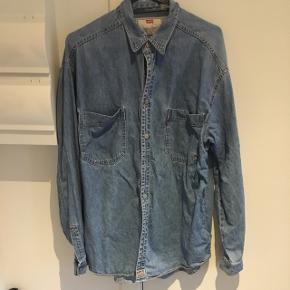 Levi's denim skjorte. I god stand, kan bruges som yderlag på lunere dage