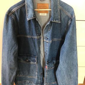 Jeg har brugt denne jakke 3-4 gange, denimjakke er desværre ikke mig, så jeg håber en anden kan få glæde af denne mega fede jakke