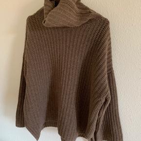 Oversized højhalset uld trøje, med slids i siden. Brugt få gange.   Handler kun over trendsales.  Køber betaler fragt.