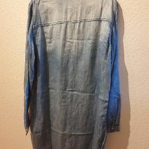 Fin skjorte kjole fra Vila i str. xl. (Lidt til den lille side)  Været brugt 1 gang, så fejler intet.  70% lyocell & 30% bomuld