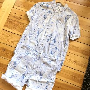 Her er det fedeste sæt til sommerens fester. Et marmor mønstret sæt med skjorte og shorts kan virkelig være prikken over i'et i garderoben. Størrelsen er en stor small så ville også kunne passe en medium.  OBS. Der er en lille plet ved lommen på shortsene, men det tror jeg godt kan fjernes med en kærlig hånd