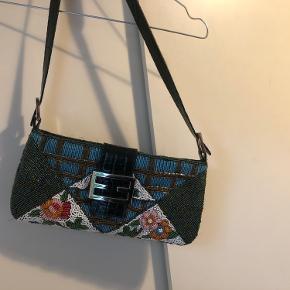 Fineste vintage taske. OBS !!! Minder om Fendi baguette. Er IKKE en Fendi. Alle perler er intakte. Aldrig brugt. Købt i vintagebutik i Barcelona.