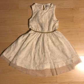 Rigtig fin hvid kjole med guld-detaljer fra Little Pieces, str. 98-104 (3-4 år).  I rigtig fin stand og fejler intet.  Fra røg- og dyrefrit hjem.