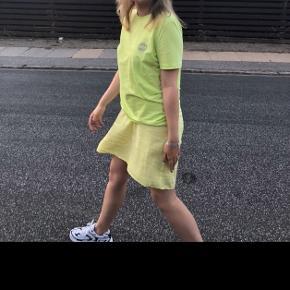"""Sælger denne smukke neon grønne/gule far der t-shirt, str m og rigtig fin stand. Fragt er inkl i denne pris:) på t-shirten er der et kæmpe selvlysende logo bag på ryggen og et lille foran med ordet """"paradise"""""""