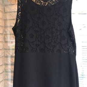 Super fin kjole med gennemsigtig sider og ryg! 😍
