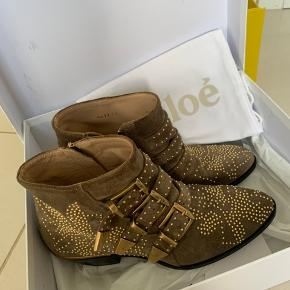 Chloé Susanna biker boots, brugt et par gange, men har absolut intet slid. Fik nye såler på med det samme, for at beskytte selve støvlen. Bliver solgt fordi min fod er blevet lidt større efter graviditet. Passer en str 36. Box, dustbag og kvittering medfølger.