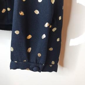 Mørkeblå bluse med guld prikker. Bindebåndet er ved at gå op, så det skal synes fast. Det kan hurtigt gøres i hånden ☺️ (Se billede)