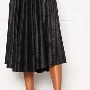 """Super fin nederdel men """"glimmer"""".  Aldrig brugt - skulle være brugt til fest (men kom aldrig afsted).   Ved ikke hvorfor den skriver varen er i Jylland - den er i Rødovre."""