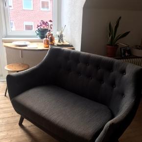 En rigtig fin sofa, den er bestilt og lavet i England, jeg ved desværre ikke hvem producenten er, men den kostede 8000 fra ny. Der er få brugsmærker på, ellers er den i en fin stand til prisen. Mål:  bredde: 135 cm. Højde:88 cm. Gulv til armlæn/side: 63 cm.