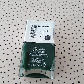 Nails Inc neglelak - mørkegrøn farve. Aldrig brugt.  Sælges for 25 kr. pp.