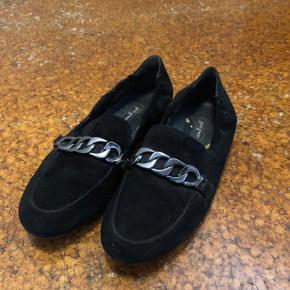 Fire forskellige par sko fra Paul Green, Billi Bi og et italiensk mærke. Skoene er alle str. 37, og fremstillet i enten læder, ruskind eller kombination af ruskind og lak. Rigtig pæn stand på alle par! Pris pr. par 125,- kr. Sælges billigt og der gives mængderabat!