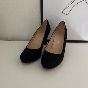 Skoene er normal en størrelse 40, men de er lidt små og passer derfor mere 39-39,5. Lidt af de sorte er gået af på hælen