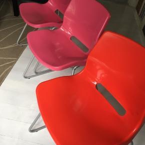 3 stole med plastiksæde fra IKEA. Kun brugt som skrivebordstole. Sælges for 50 kr pr stk eller alle 3 for 140 kr samlet. Kan afhentes i Skælskør eller evt mødes og handle i Slagelse.