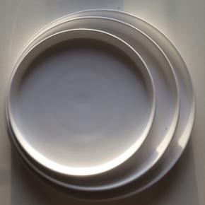 Tallerkensæt fra VIKTIGT kollektionen designet af svenske Ingegerd Råman. Er ovnfast.  Prisen er pr. sæt af tre tallerkener - jeg har fire sæt i alt.