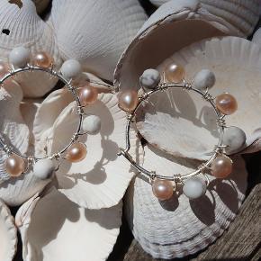 GRATIS FRAGT Smukke creoler i sterling sølv med fine, rosa ferskvandsperler og marmorlignende howlit sten.  Måler ca. 2,5 cm i ydre diameter.  Fra www.decopop.dk
