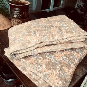 2 lækre retro vattæpper; måler 200 X 125 cm.   Et stk 195, begge for 350  Obs; stoffet er stedvist let falmet.