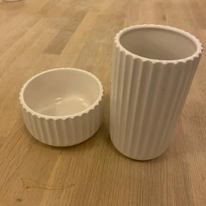 Vase samt skål sælges samlet. Vasen er 15 cm høj og skålen er 6,5 cm høj. Fremstår i fin stand. Vase har en mindre plet , se på billede.