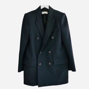 Dyb navy-blå Balenciaga blazer i kraftig uld. Købt på Vestiaire Collective, men er desværre for stor. I perfekt stand, stadig med tags, dog ingen pris. Estimeret nypris 14000kr. Jakken er oversize - og kan bruges som overjakke pga den tykke kvalitet.