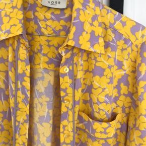 Sælger denne super fine OG BLØDE skjorte fra NORR, da jeg ikke får den brugt ☺️