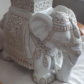 Keramik elefant. Kan bruges som opsats til fx. blomster. Højde: 40 cm.