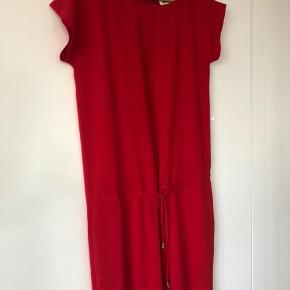 Buksedragt fra Mads Nørgaard i fed, rød farve. Brugt en enkelt gang - så i perfekt stand!