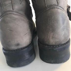 Så fede biker boots brugt max 10 gange.  De er grå med sorte Stjerner Passer en normal str 40