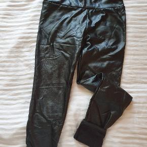 Coated/læderlook leggings. Foret