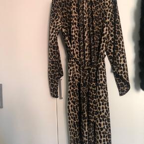 Kimono i Leo print  Lang model med ærmer og bindebånd  Str M/L  Aldrig brugt  Købt i By K ( Odense ) 499,-kr  Sendes med DAO på købers regning   #secondchancesummer