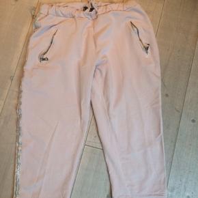 Rosa trekvart bukser i jogging Stof med sølv kant ned at siden