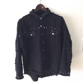 Overdel/jakke fra Veraldo. Aldrig brugt, strørrelse M, men fitter også small som en smule oversized. nypris; 500