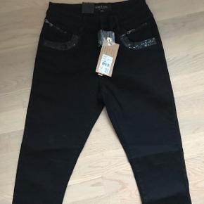 Smarte jeans med pailletter ved lommer.. Str 34 men passer bedst en str 36/38 da der er masser af stræk i😀  39% bomuld 39% viskose 20% elastan