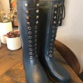 Splinter nye gummistøvler fra Ilse Jacobsen sælges. Prismærket er klippet af, men støvlerne er aldrig blevet brugt. Er kun prøvet på indendørs.   BYD gerne.