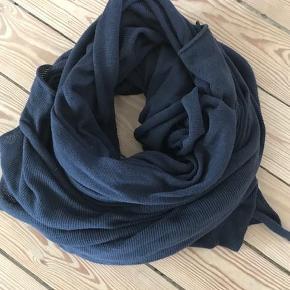 Varetype: tørklæde Størrelse: stort Farve: marineblå Oprindelig købspris: 500 kr. Prisen angivet er inklusiv forsendelse.  Fedt stort tørklæde i fin stand.