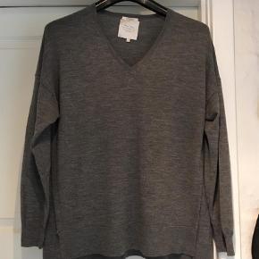 Tynd lækker trøje kun brugt 2 gange  100%  Merina Woolf  Brystmål uden stræk  56 x 2 cm Længde forstyk 68 cm bagstyk 71 cm   Striktrøje Farve: Grå