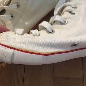 Sælger disse Converse med lav sål   Der er nogen fejl som i kan se på billedet🤍