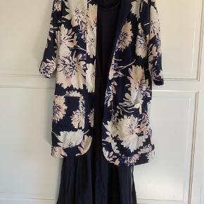 Smuk kjole med bånd i taljen der kan spændes ind, men kan også bruges som en løs, oversize kjole.