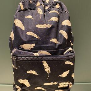 Så fin velholdt rygsæk fra Herschel Blå med hvide fjer Pris: 80 kr