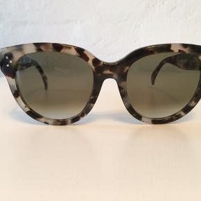 Smukkeste solbriller fra Celine i modellen AUDREY. Farven hedder Grey shaded / spotted Havana.   Købt over nettet i 2017. Har kvittering på mail hvis det ønskes.   De er ikke brugt meget, så i super god stand, selvfølgelig med lidt brugsspor i form af små ridser enkelte steder - men er ikke noget man ser!  Der medfølger pudseklud og etui, dog er etuiet slidt.
